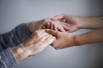 L'hypnose pour les seniors : soutien des séniors, main dans la main