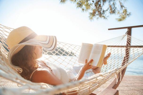 Femme relaxée dans un hamac, elle a retrouver le calme et la paix intérieure